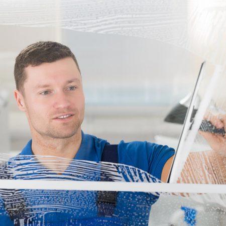 Fensterputzer Amberg bei der täglichen Glasreinigung.
